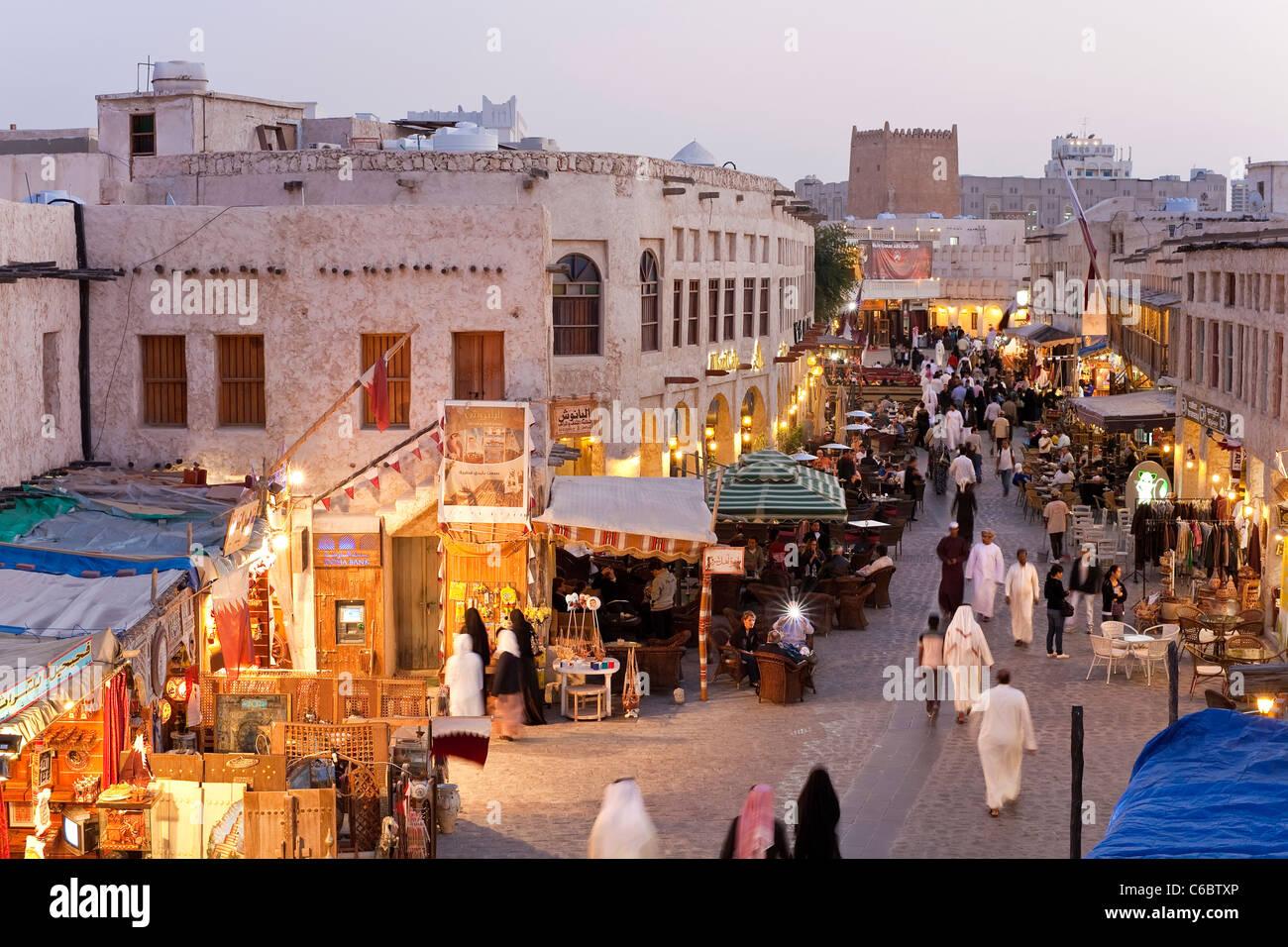 Il Qatar, il Medio Oriente e penisola arabica, Doha, il restaurato Souq Waqif con fango resi negozi e travi di legno Immagini Stock