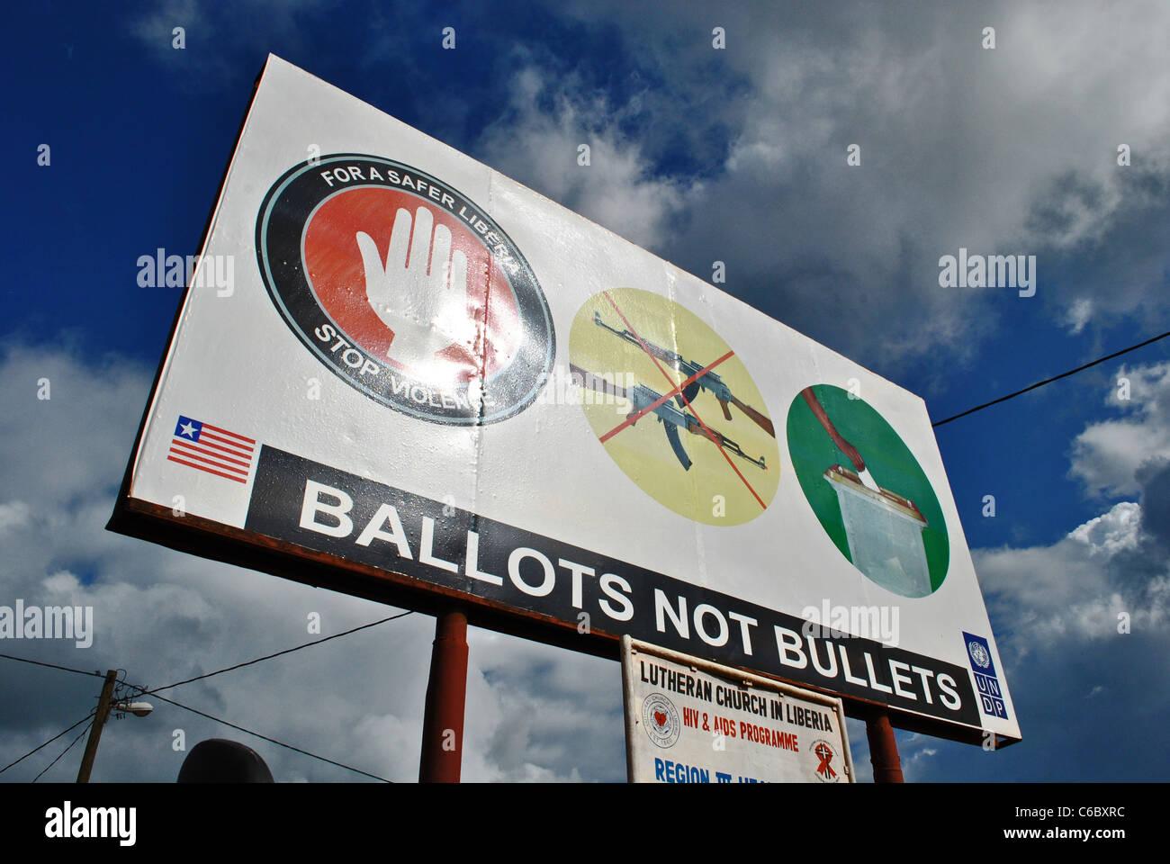 Campagna di manifesti con il programma di sviluppo delle Nazioni Unite raccomandano pacifiche elezioni in Liberia, Immagini Stock