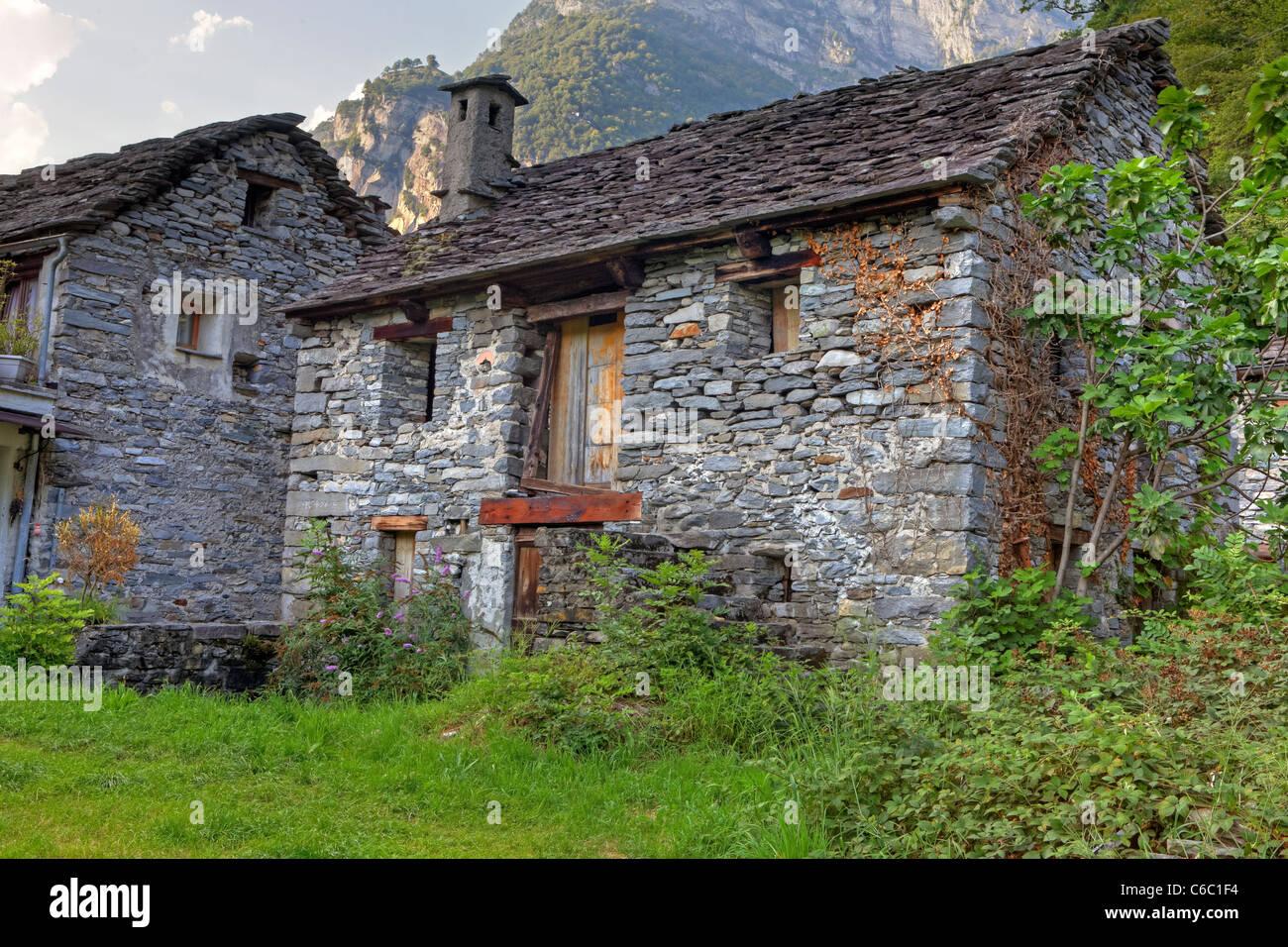 Case In Pietra Antiche : Antiche case di pietra in stile architettonico tipico della valle