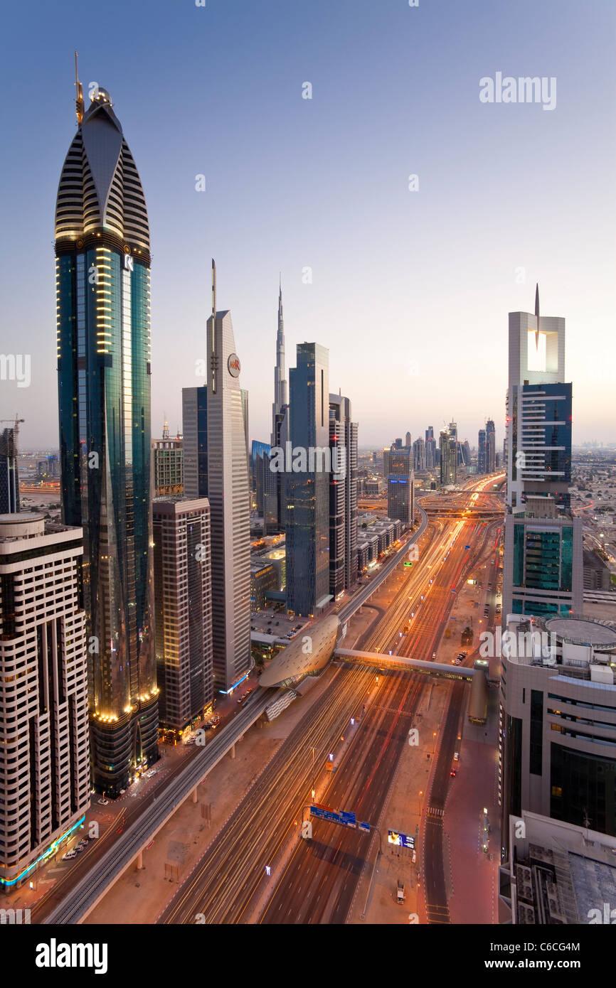 Vista in elevazione oltre i moderni grattacieli lungo la Sheikh Zayed Road guardando verso il Burj Kalifa, Dubai, Immagini Stock