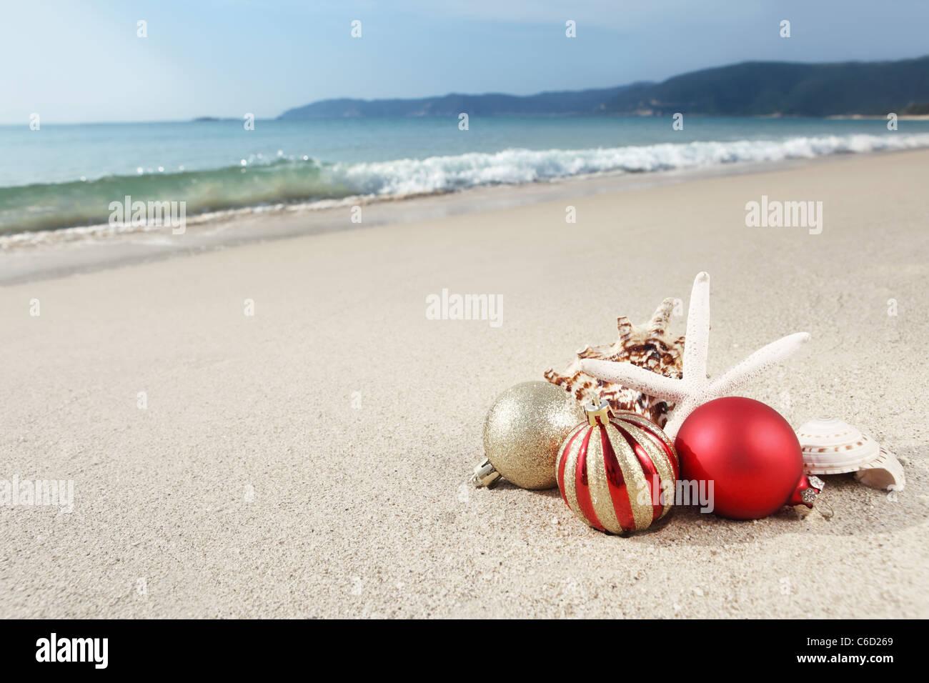 Immagini Natale Mare.Le Palle Di Natale E Conchiglie Sulla Spiaggia Vicino Al