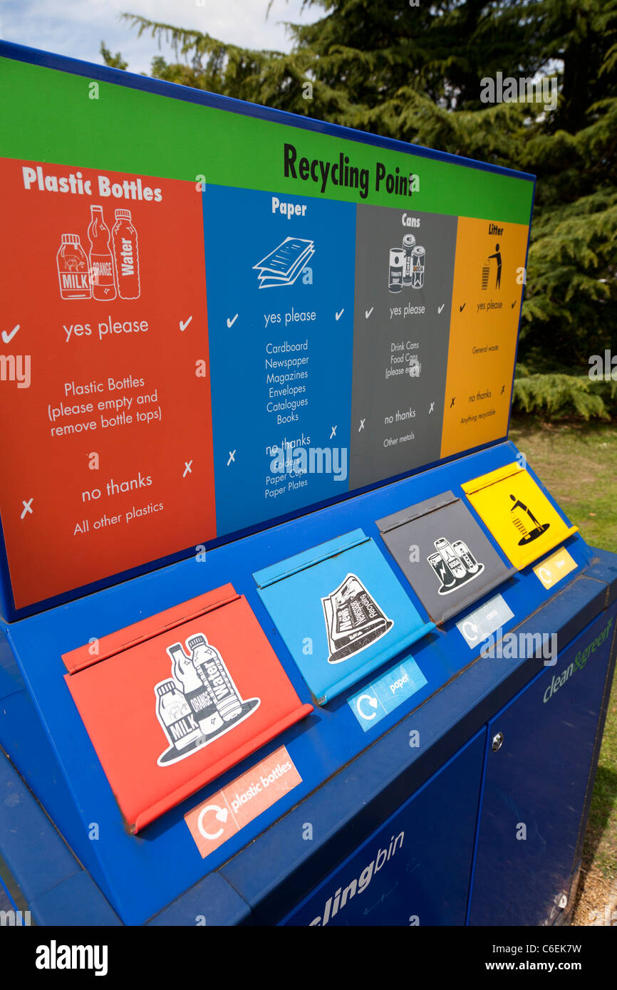 Punto di riciclaggio per bottiglie lattine carta cucciolata Immagini Stock