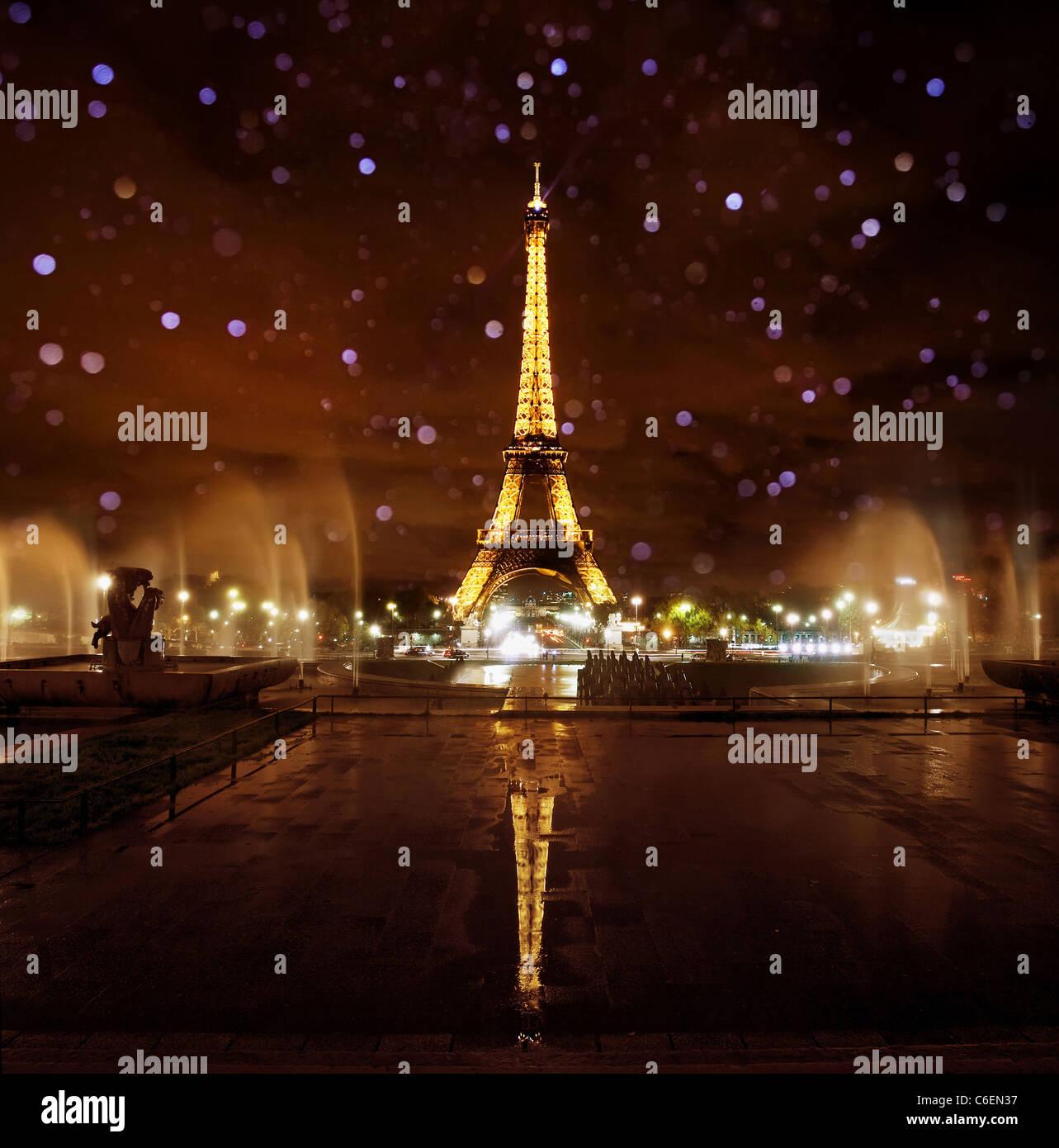 La torre Eiffel illuminata di notte, Parigi Immagini Stock