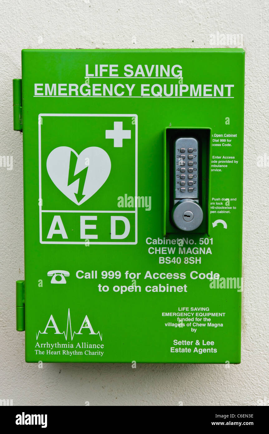 Defibrillatore automatico esterno in un cabinet bloccato in un'area pubblica Foto Stock