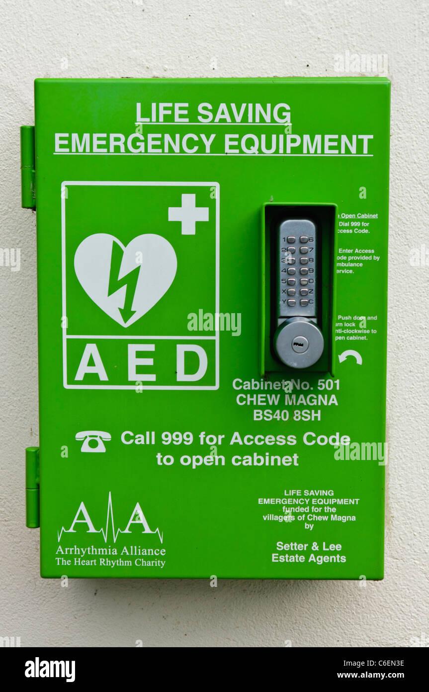 Defibrillatore automatico esterno in un cabinet bloccato in un'area pubblica Immagini Stock