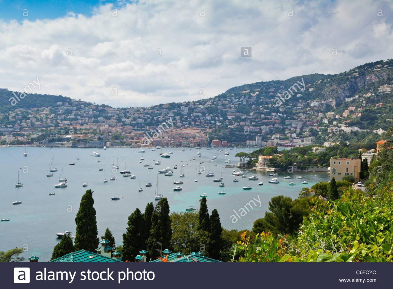 Vista verso Villefranche-sur-mer da St-Jean-Cap-Ferrat, Cote D'Azur, in Francia. Foto Stock