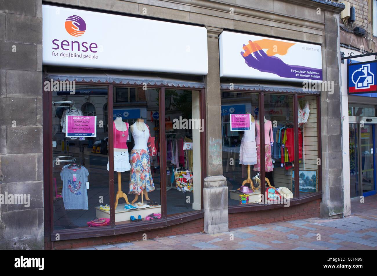 Esterno del senso della carità shop per i non udenti non vedenti Queens Square Wolverhampton Regno Unito Immagini Stock