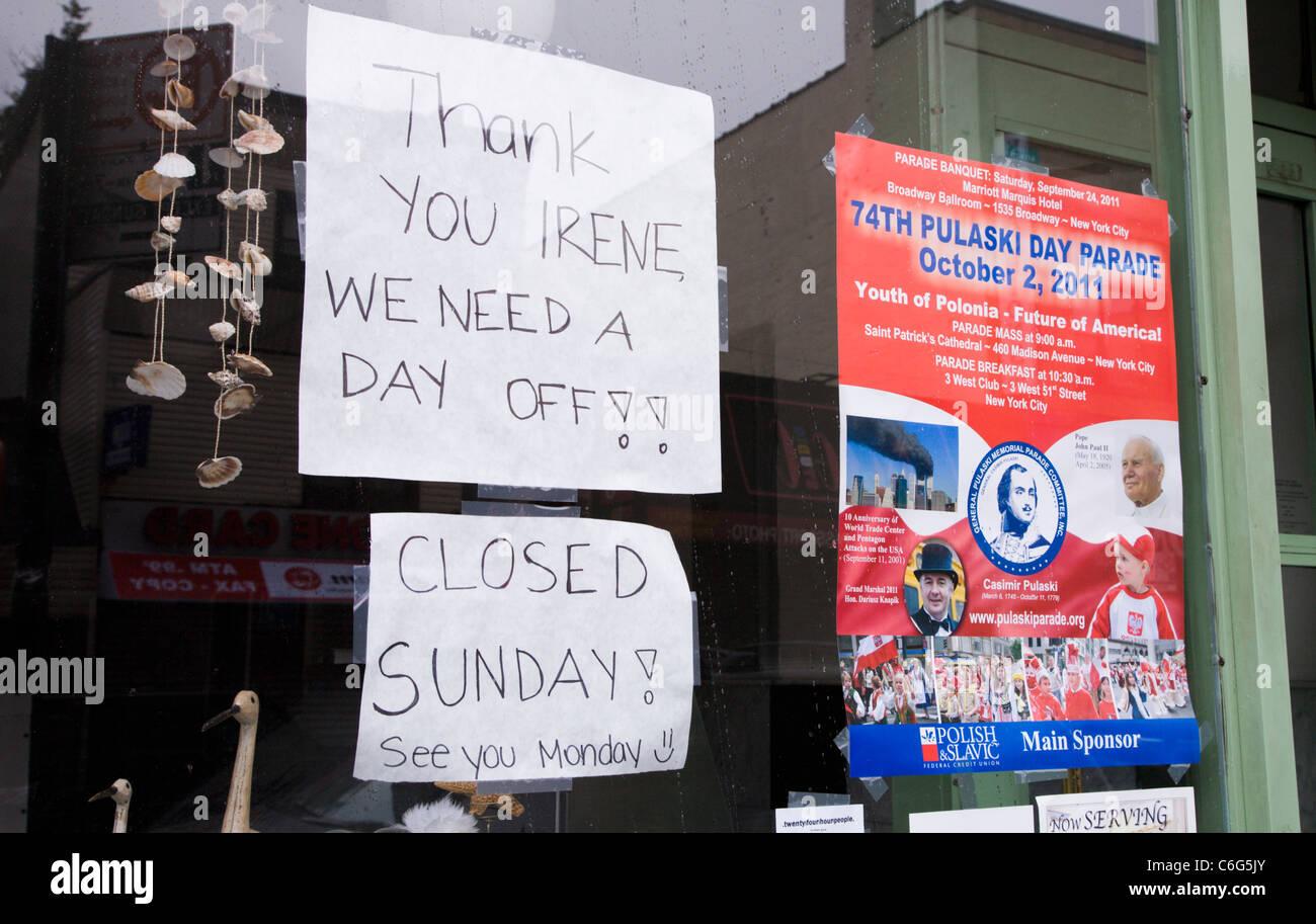 Brooklyn , New York, Agosto 28th. Segno nella vetrina di un negozio di annunciare la chiusura del negozio in anticipo Immagini Stock