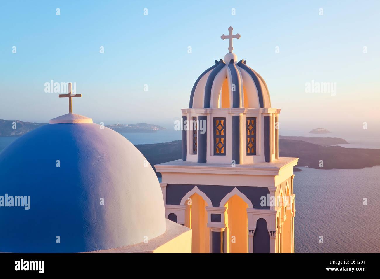 I campanili della Chiesa Ortodossa che si affaccia sulla caldera a Fira, Santorini (Thira), Isole Cicladi, il Mare Foto Stock