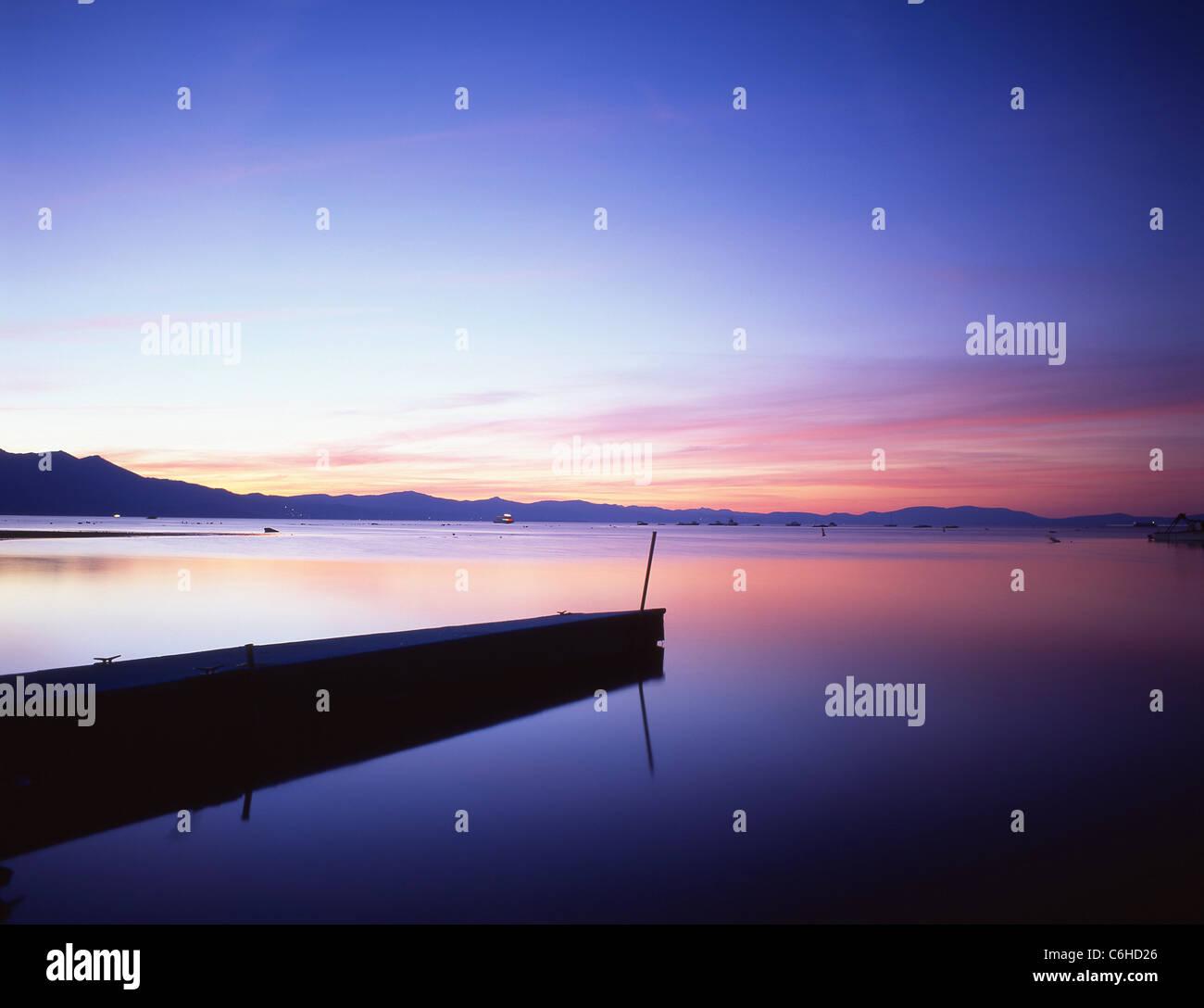 La sponda meridionale del lago al tramonto, il lago Tahoe, Sierra Nevada, in California, Stati Uniti d'America Foto Stock