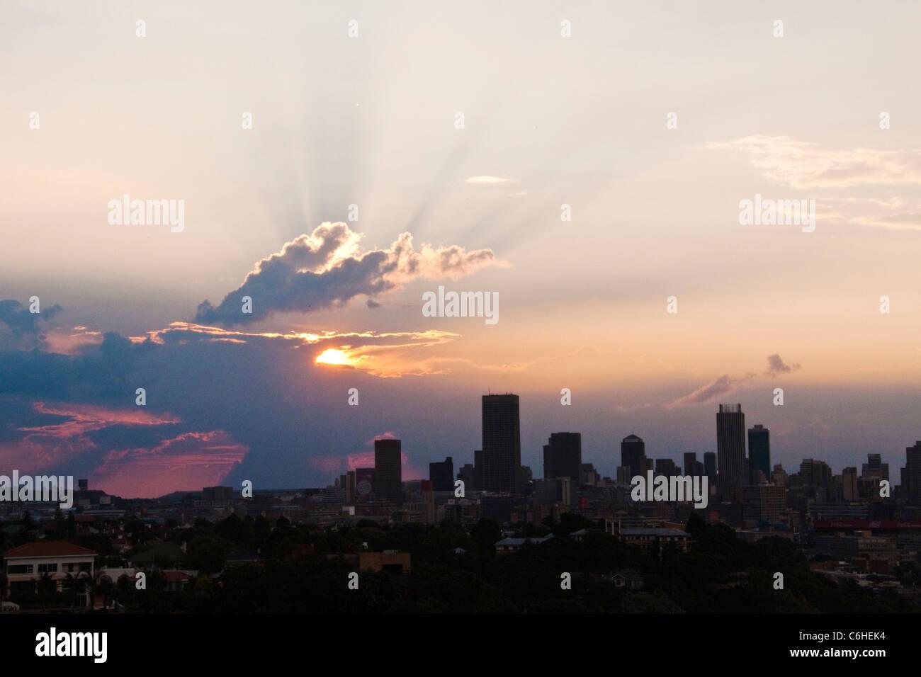 Johannesburg dello skyline della città al crepuscolo Immagini Stock