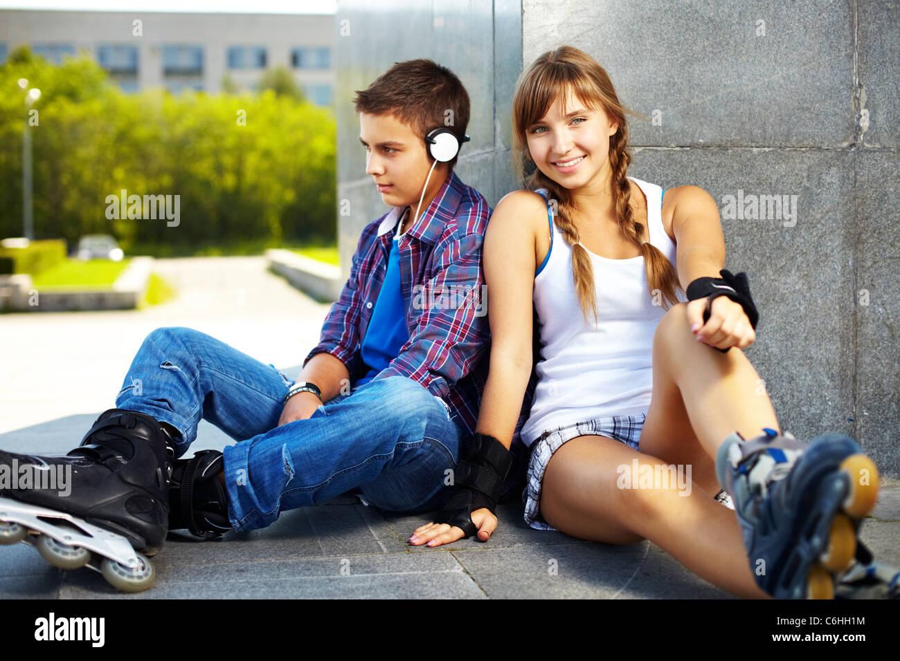 Paio di felice teens trascorrere il proprio tempo libero al di fuori Immagini Stock