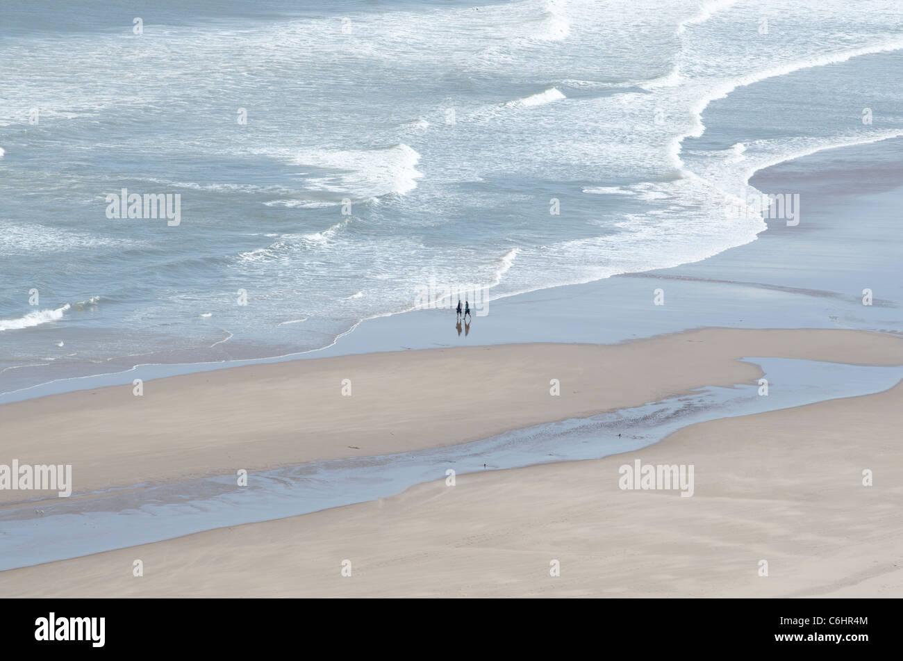 San Ciro Spiaggia Riserva Naturale Nazionale con modelli di surf e la gente a piedi - relax sulla sabbia 2 Foto Stock
