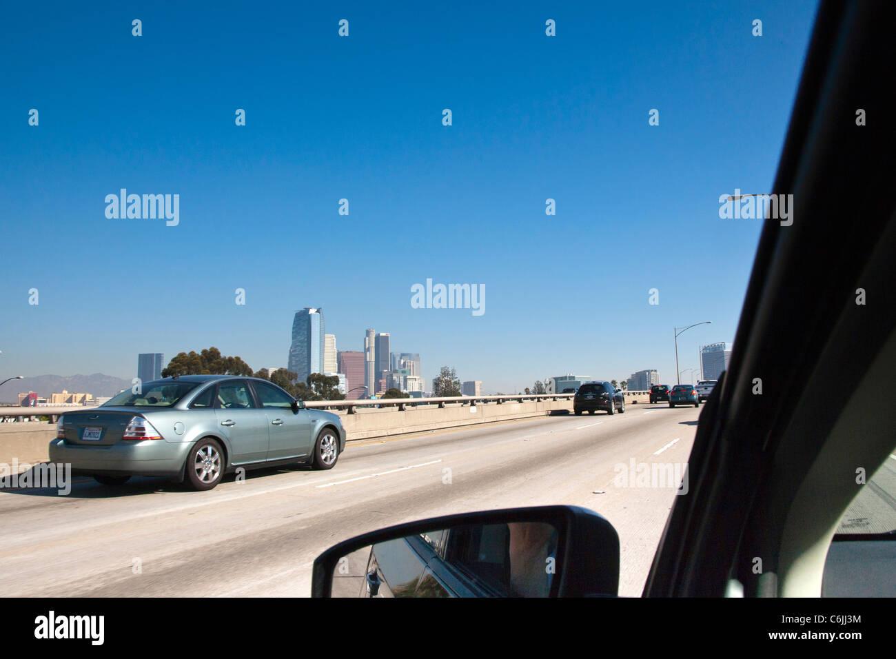 Guida lungo una superstrada con il centro cittadino di Los Angeles in lontananza la, STATI UNITI D'AMERICA Immagini Stock