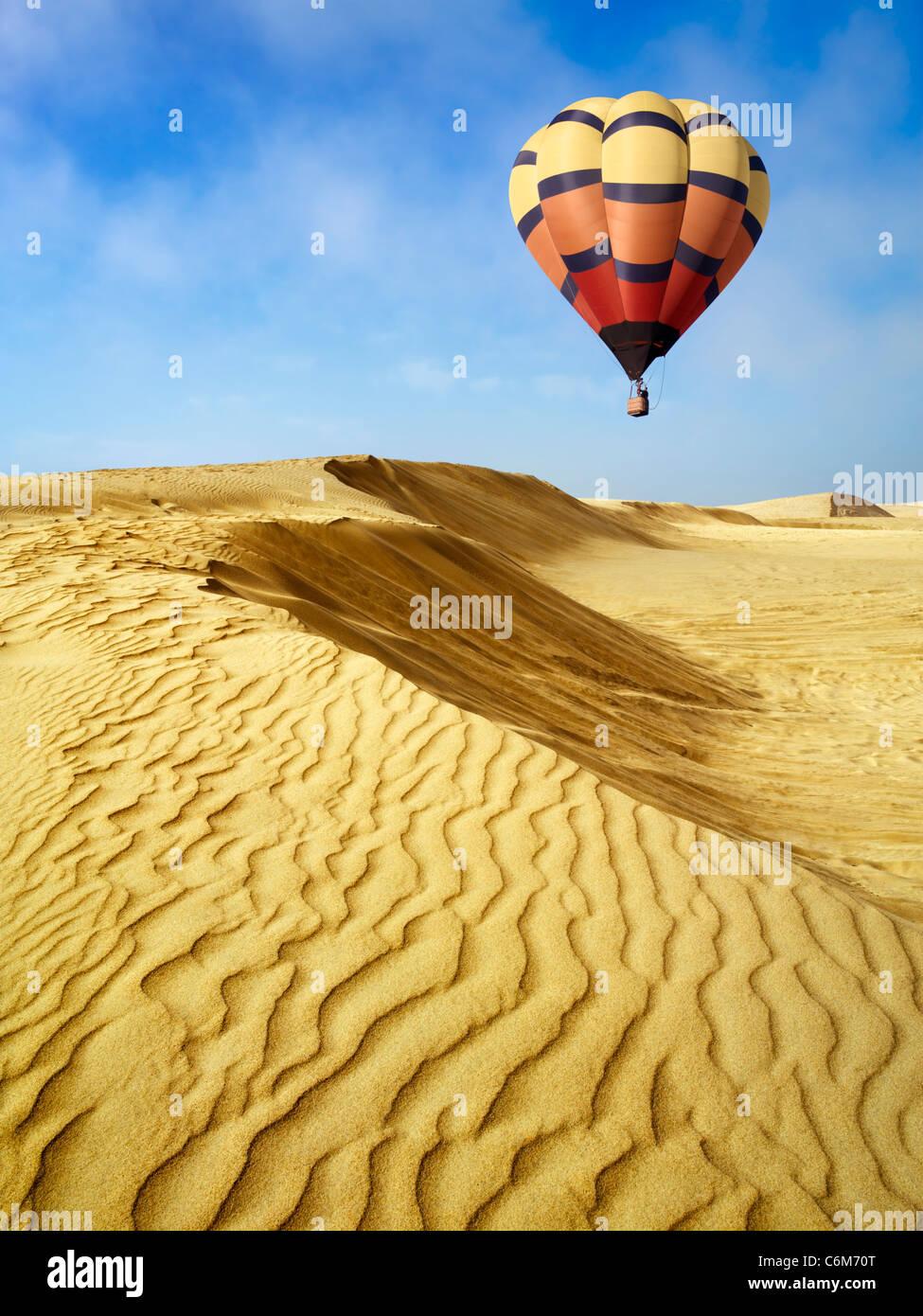 Mongolfiera fluttua sopra le dune di sabbia in Oceano dune, Pismo Beach, California Immagini Stock