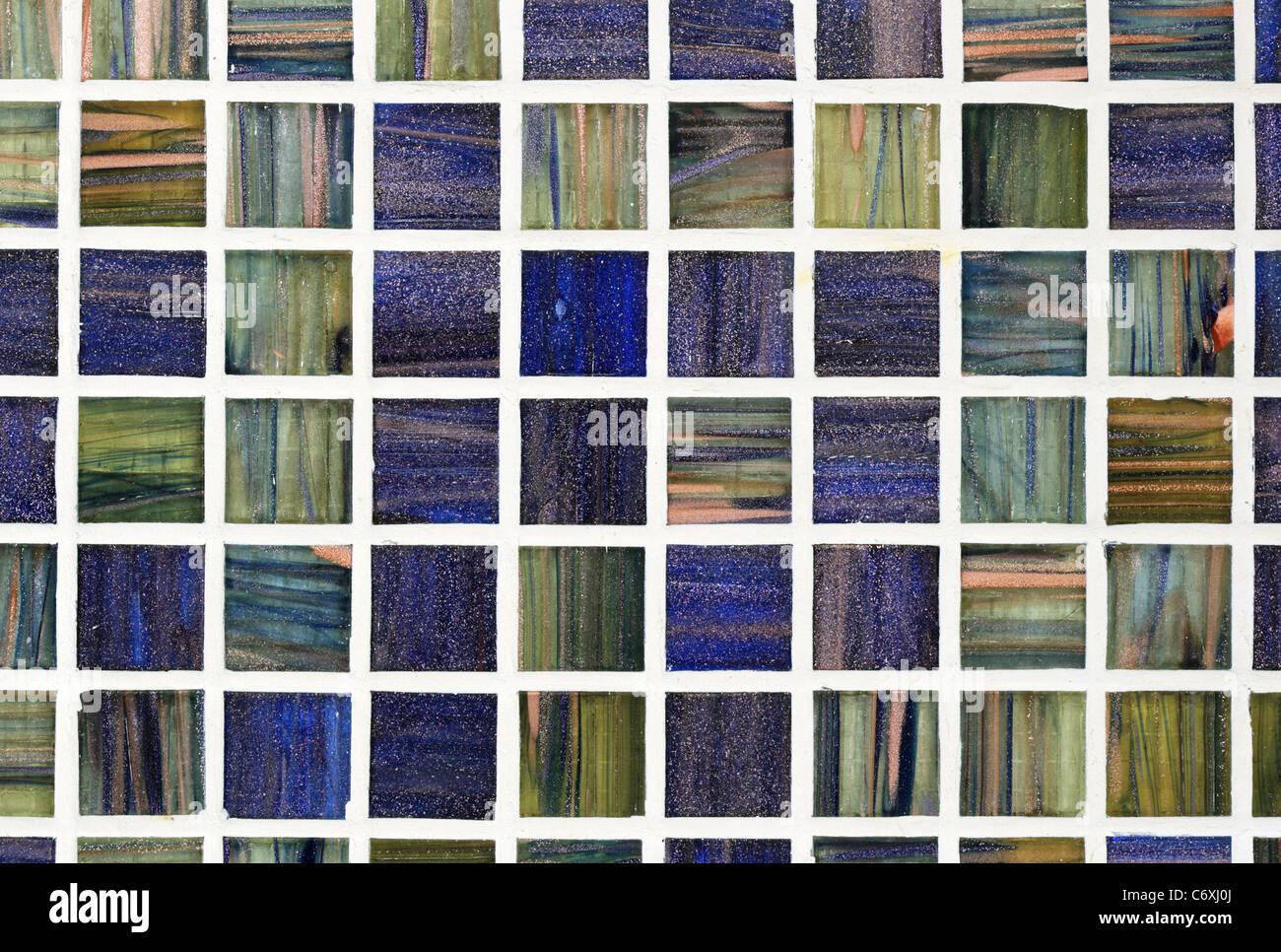 Il Verde E Il Blu Mattonella Di Vetro Con Sfondo Bianco Boiacca