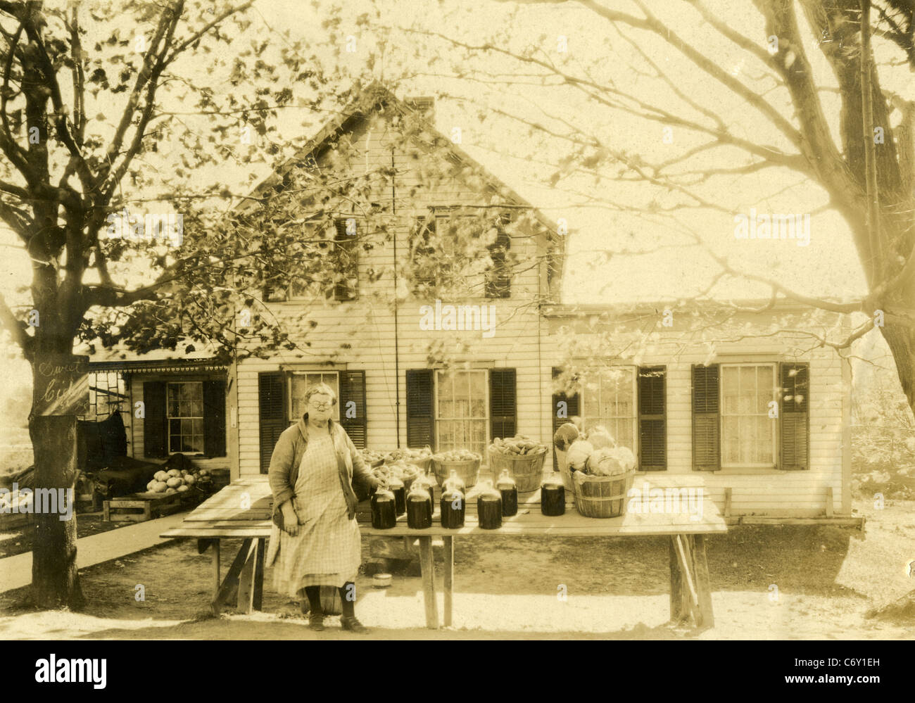 Circa trenta New England Farm Stand, vendono sidro di mela, patate e verdura. Immagini Stock