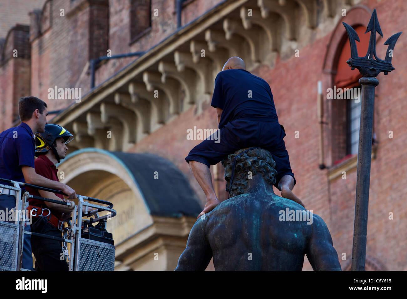 IT: Bologna, un rifugiato marocchino è salito sul Nettuno la statua ...