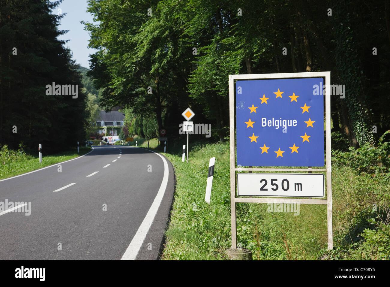 Strada per il Belgio con UE confine belga segno Belgique. Granducato del Lussemburgo, l'Europa. Immagini Stock