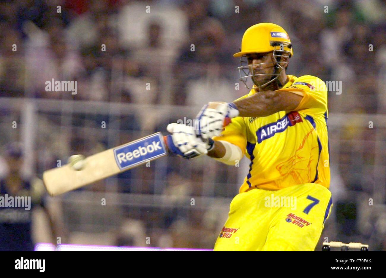 Chennai Super Kings player MS Dhoni gioca un colpo durante la partita contro il cavaliere di piloti al DLF IPL stagione Immagini Stock