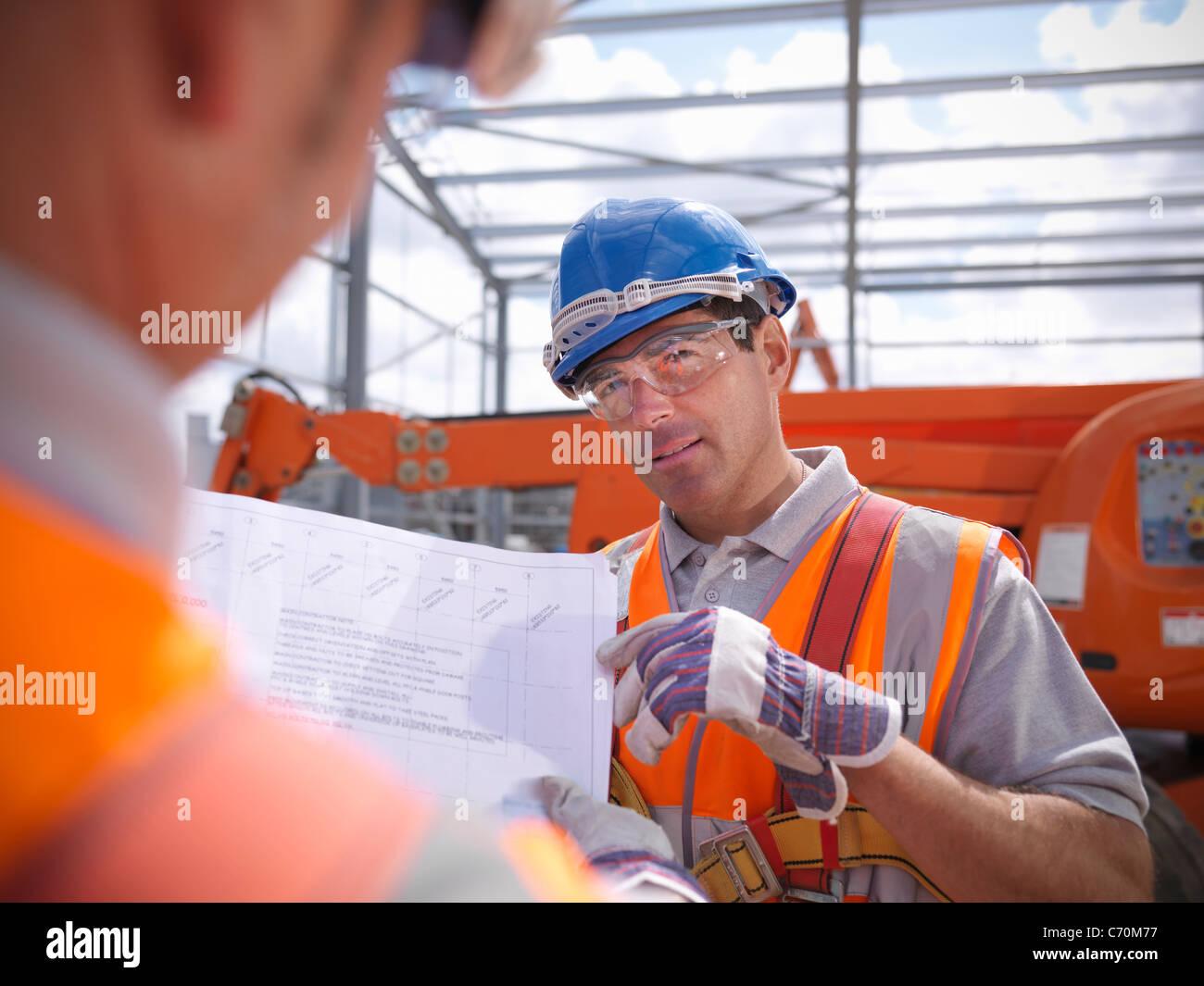 Lavoratori edili progetti di lettura Immagini Stock