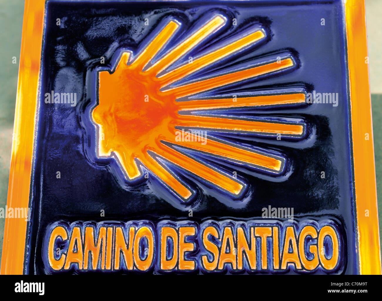 Spagna, San Giacomo modo: Souvenir piastrella con san Giacomo shell come indicazione di direzione Immagini Stock