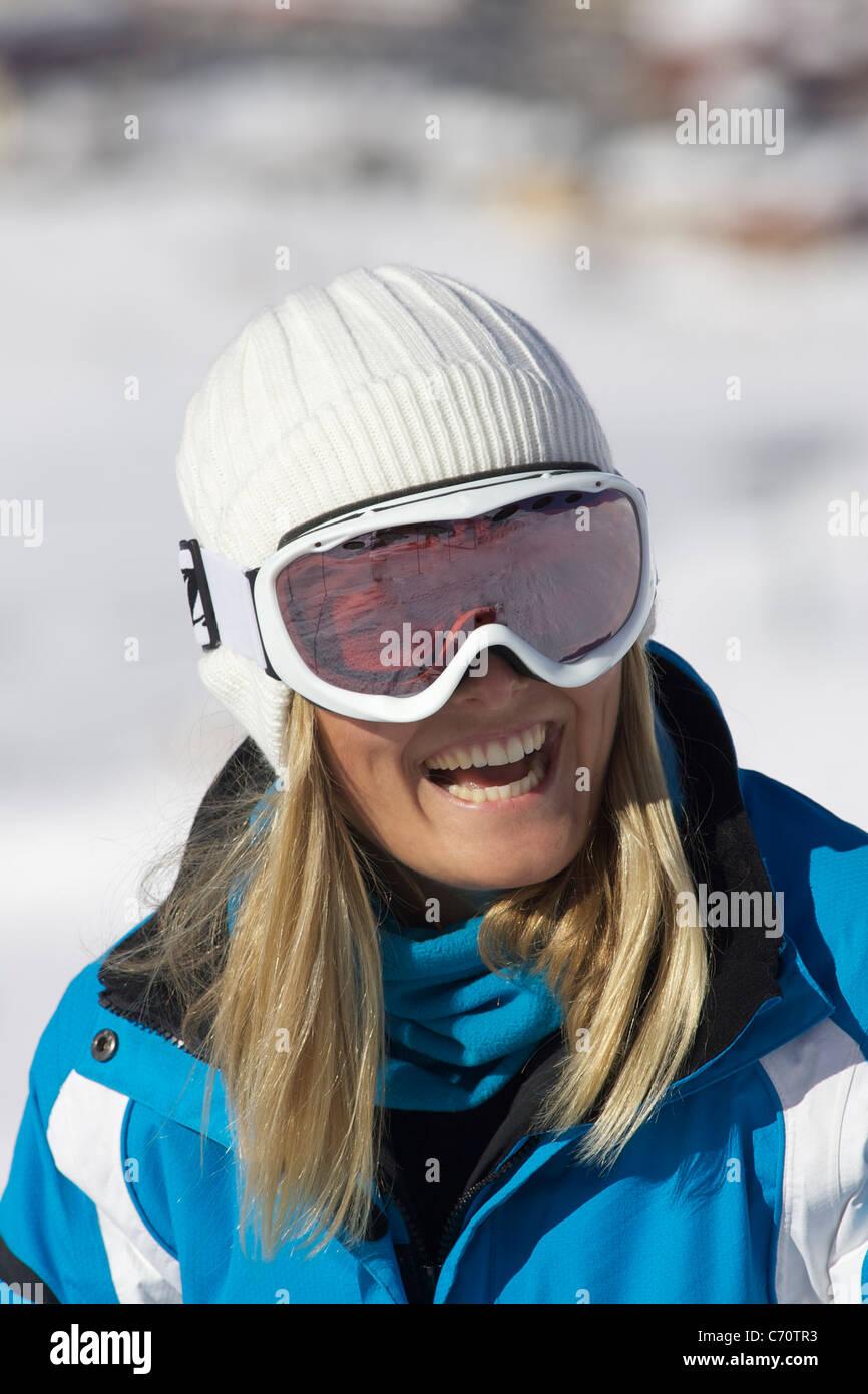 Donna sorridente indossando occhiali da sci Immagini Stock