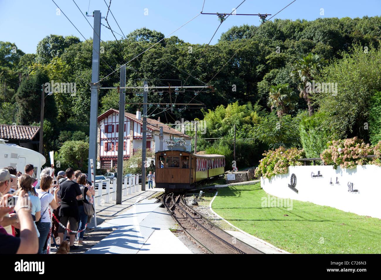 Arrivo alla stazione del Rhune ferrovia a cremagliera in treno (Francia). Arrivée en gare du train à crémaillère Immagini Stock