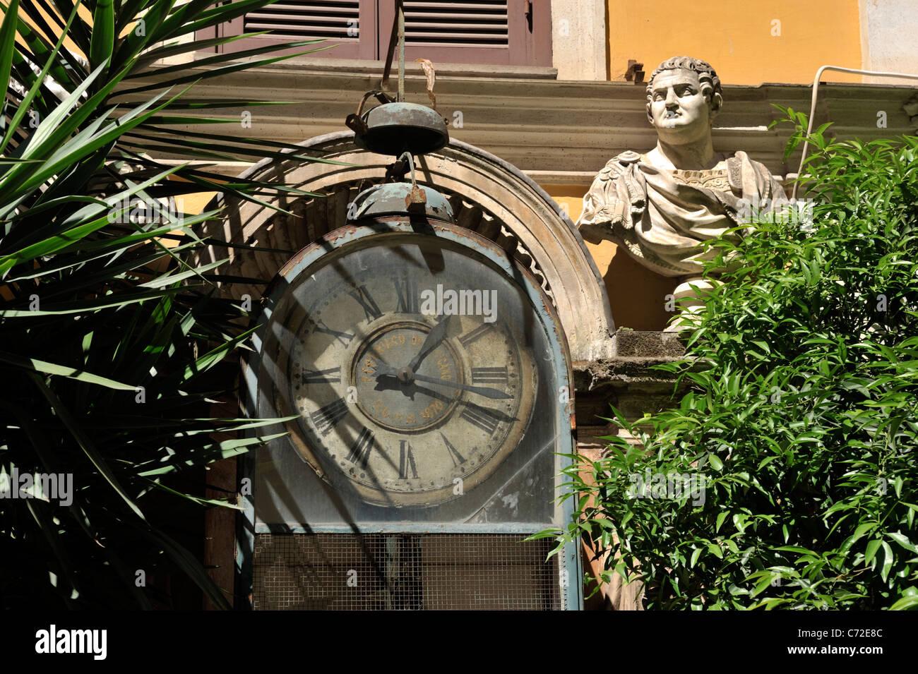 Italia roma palazzo berardi cortile antico orologio ad acqua