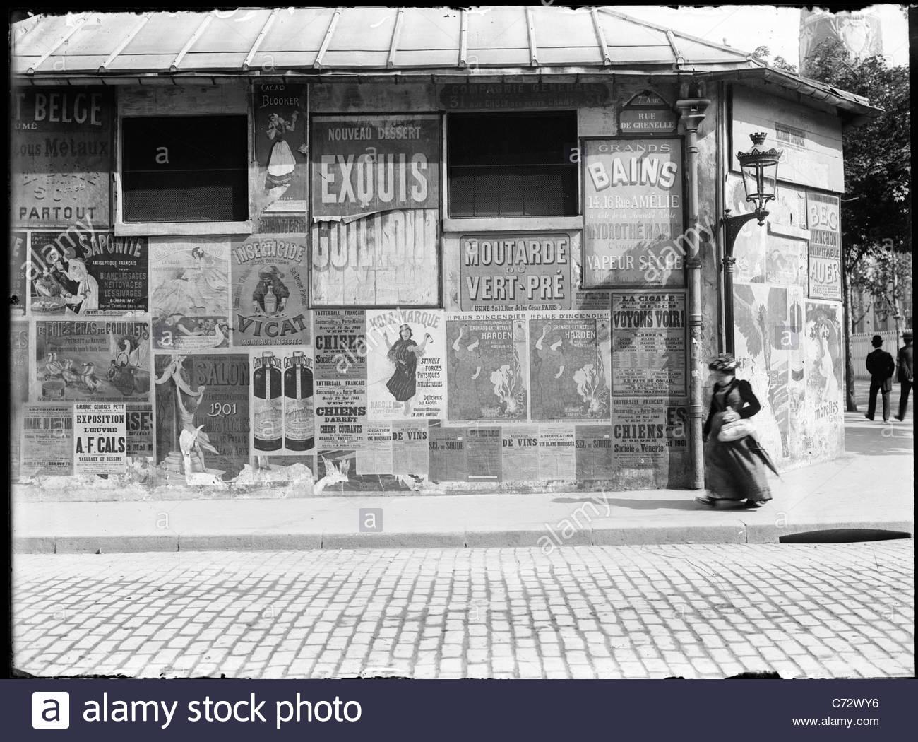 Manifesti di strada su Rue de Grenelle, Parigi Francia 1900 Foto Stock