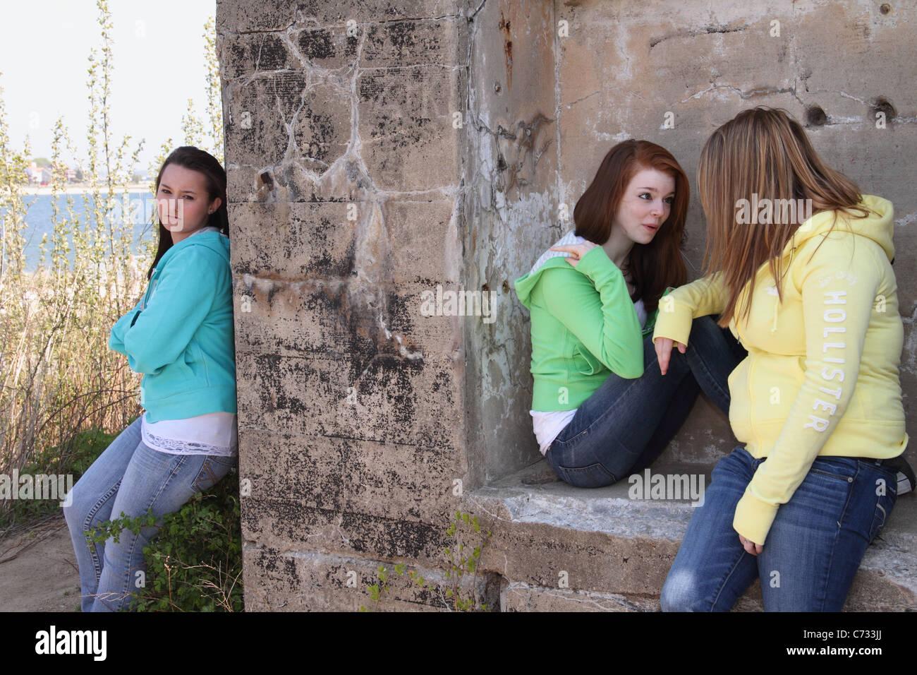 Le ragazze adolescenti bullismo tra amici Immagini Stock
