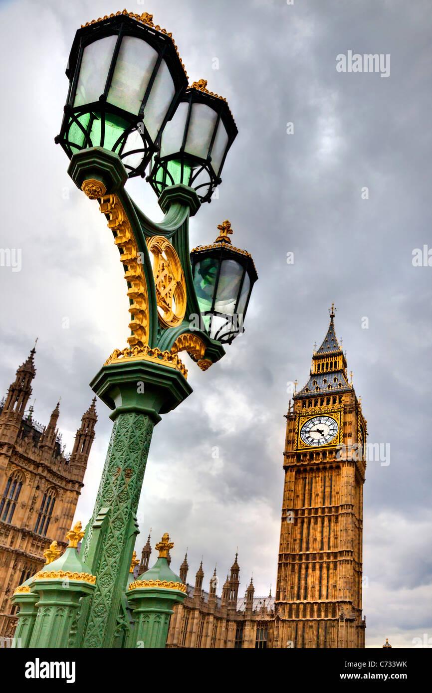 Basso angolo di visione di un lampione di fronte a palazzo del governo e un clock tower, la Casa del Parlamento, Immagini Stock