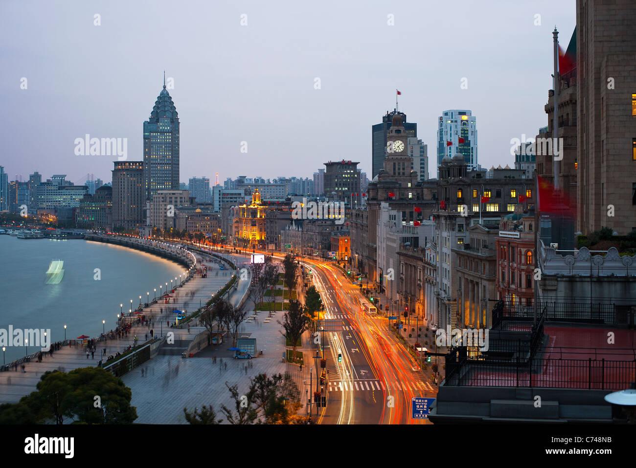 Vista lungo il Bund di notte, Shanghai, Cina Immagini Stock
