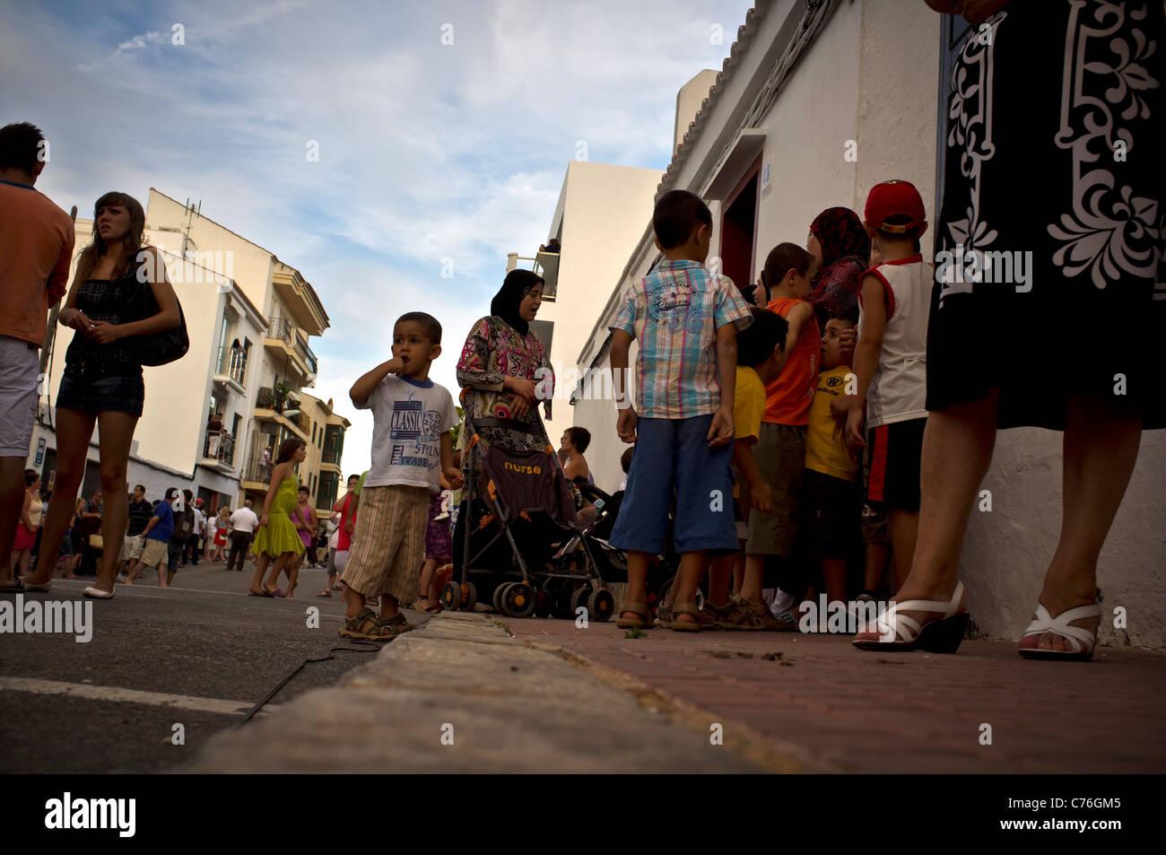 Bambini che giocano in strada Menorcan Immagini Stock