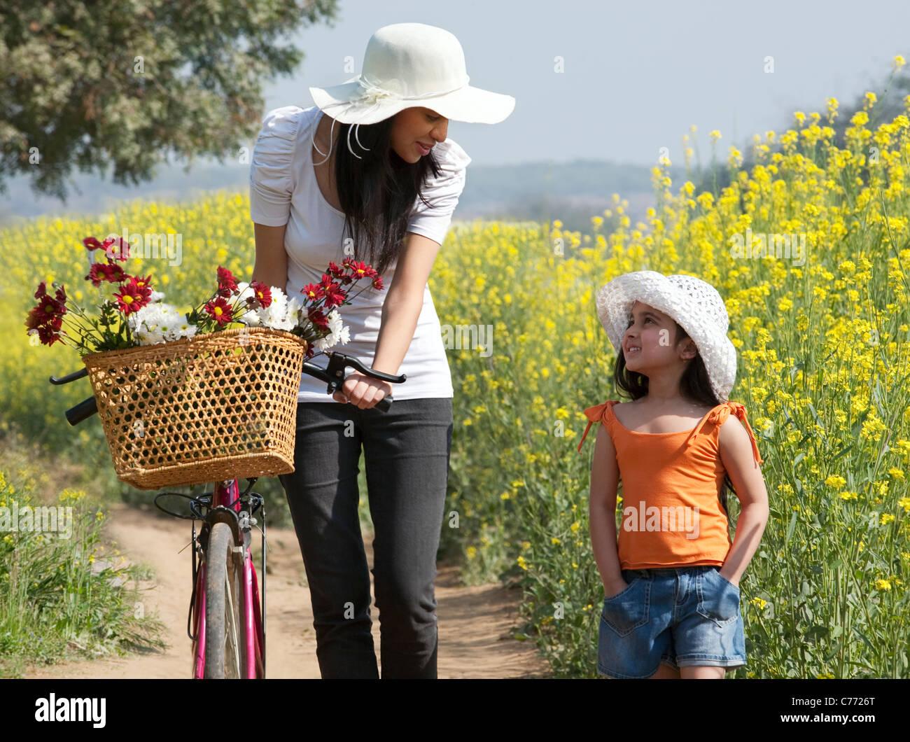 Madre e figlia in un campo Immagini Stock