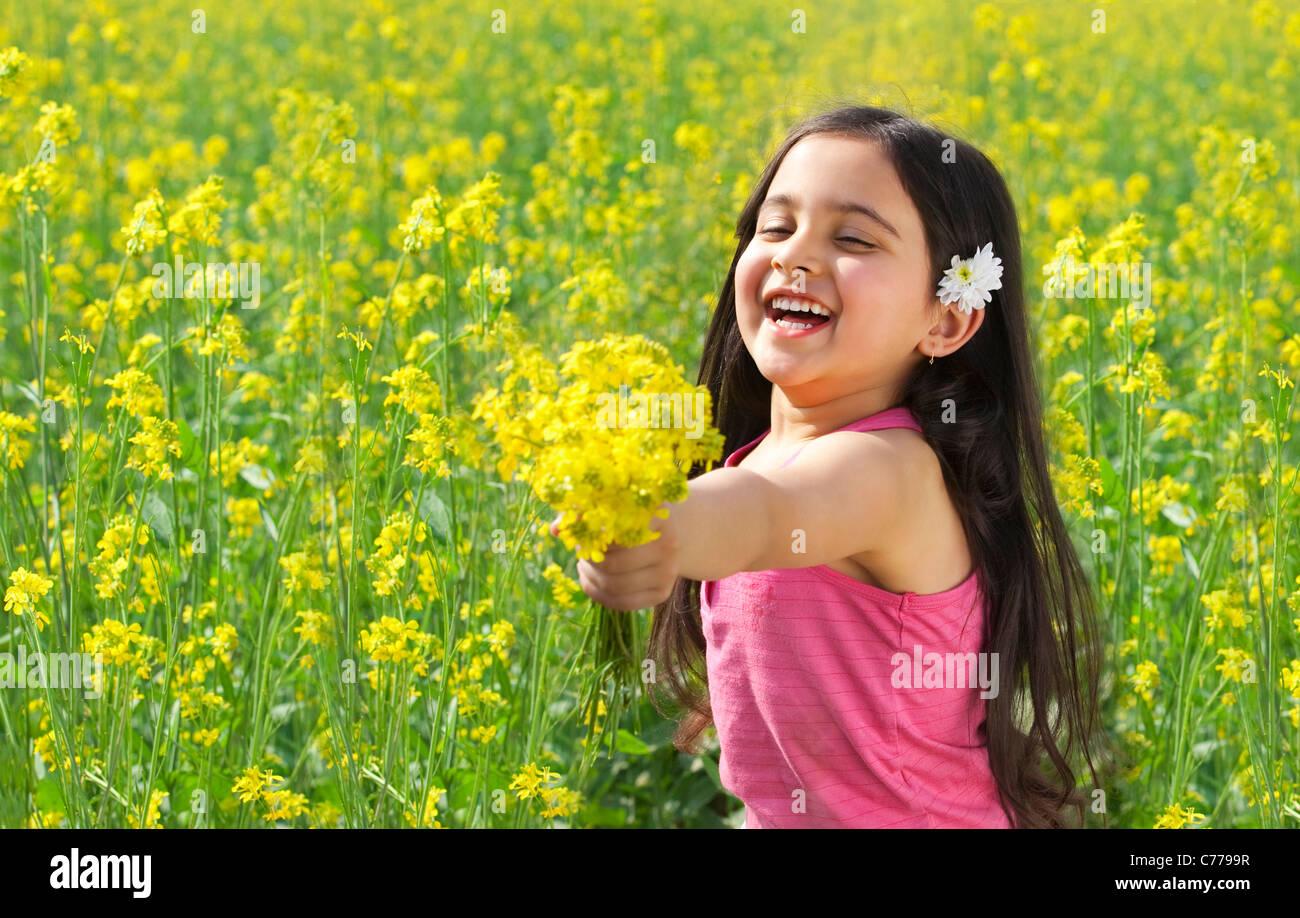 Ragazza giovane offrendo fiori Immagini Stock