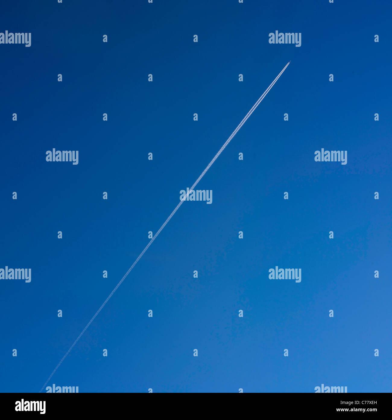 Velivolo jet trail in un cielo blu. Immagini Stock