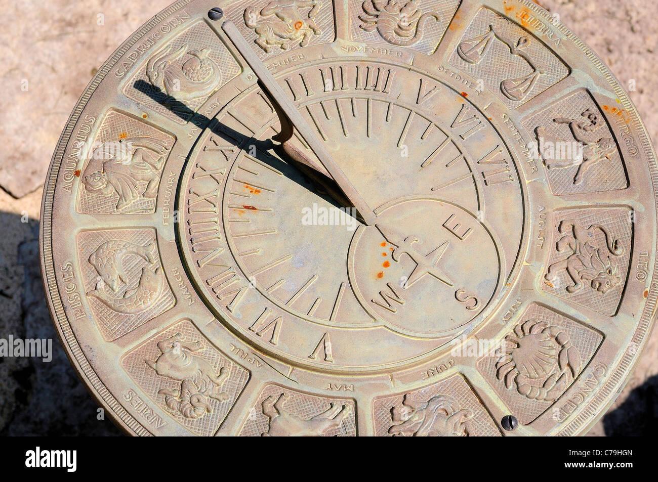 Orologio solare con segni astrologici mostra 12:00. Immagini Stock