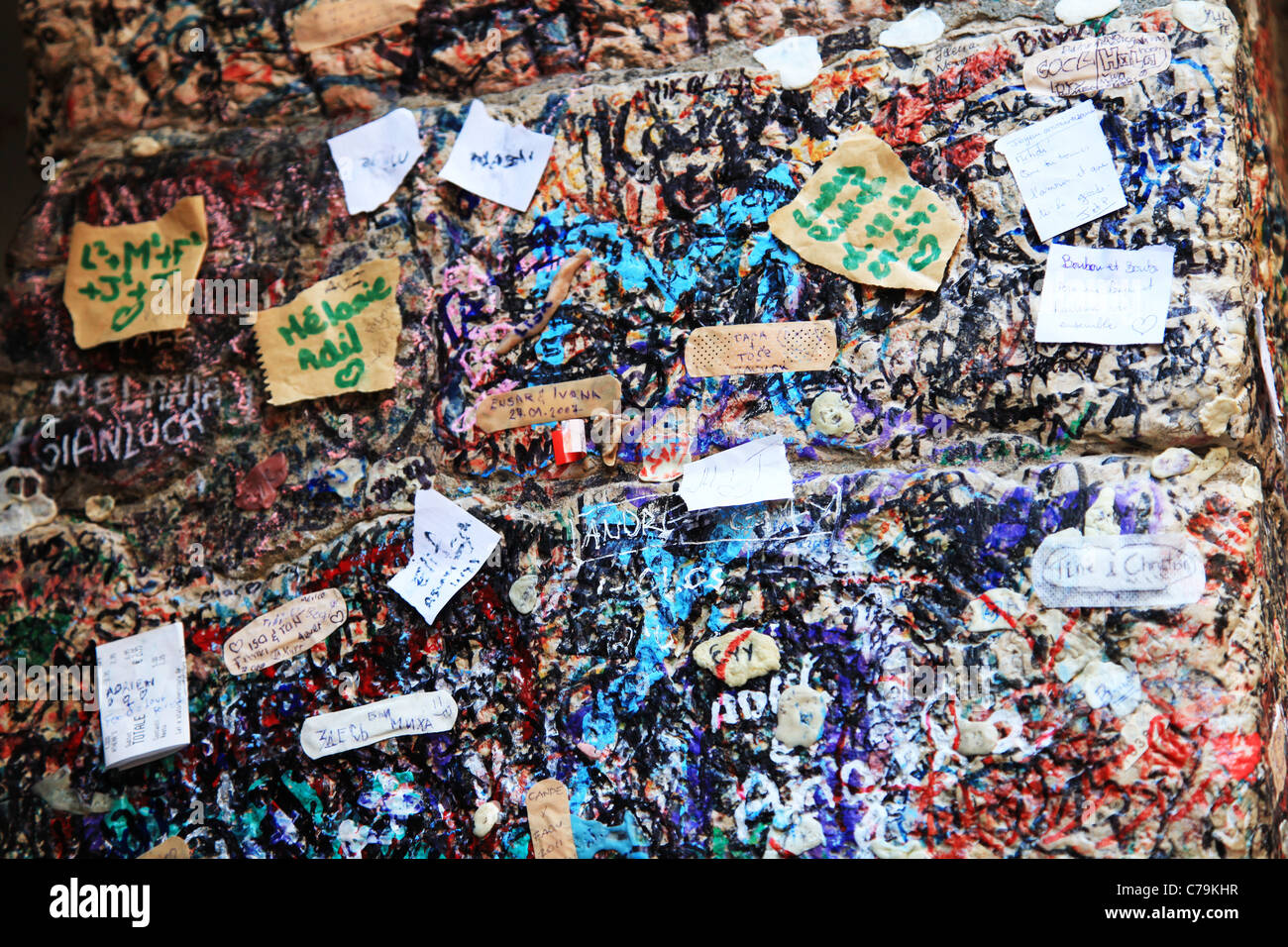 Graffiti e amore le note scritte sulle pareti al di fuori della casa di giulietta capuleti foto - Scritte sulle pareti di casa ...