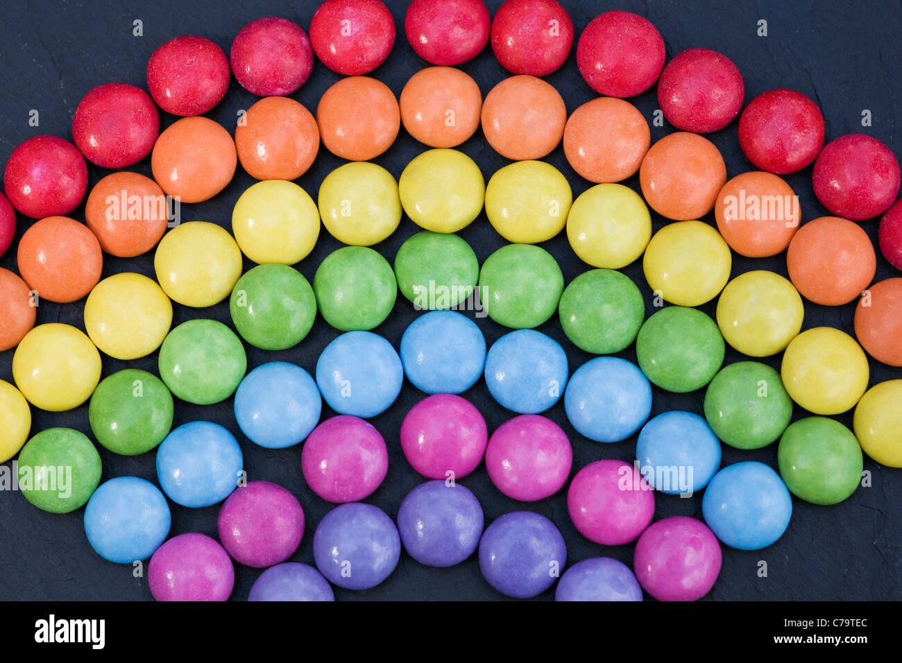 Rainbow smartie pattern su sfondo nero. Close up Immagini Stock
