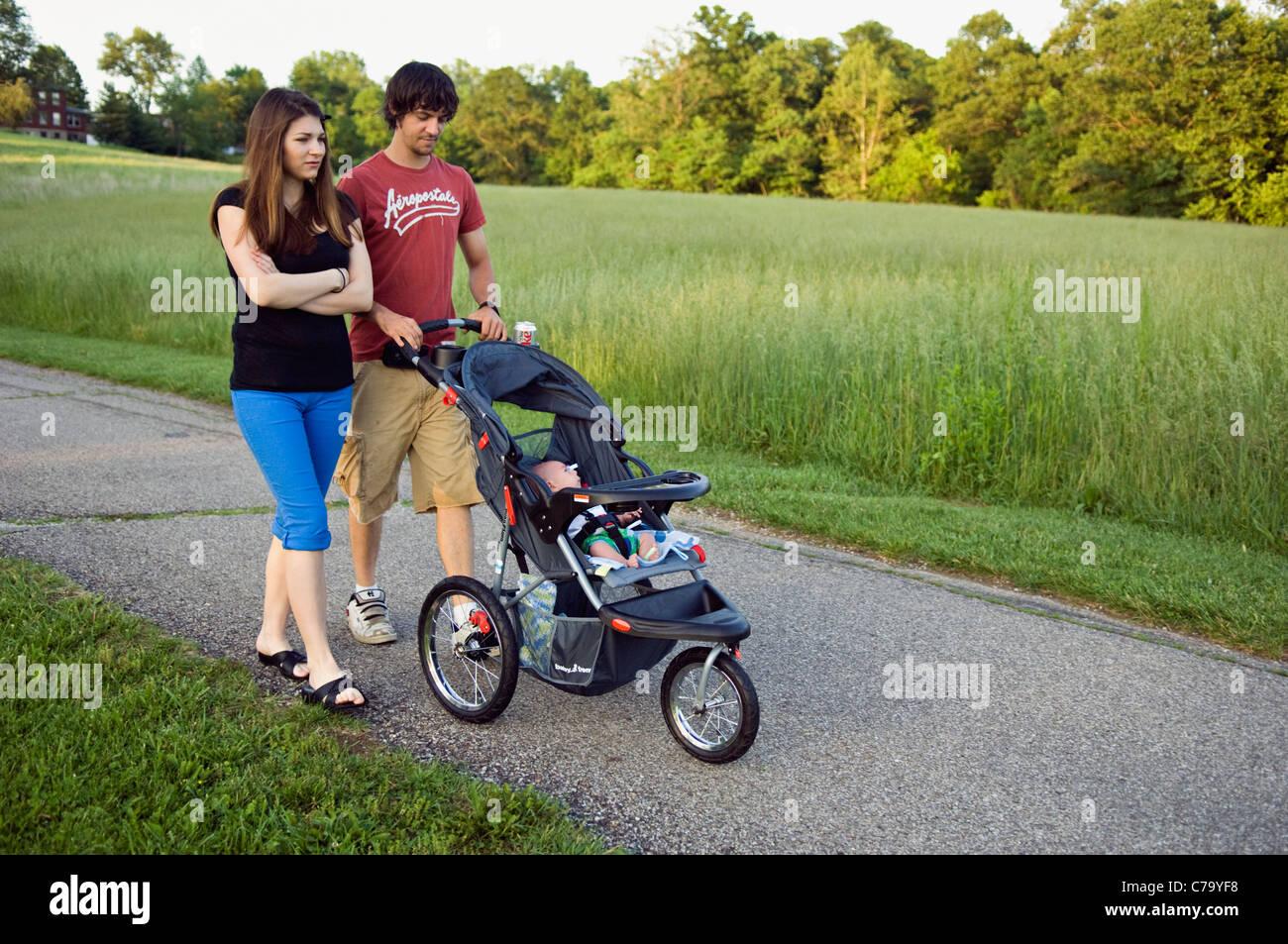 Coppia giovane passeggiare il loro nuovo bambino in Floyd County, Indiana Immagini Stock