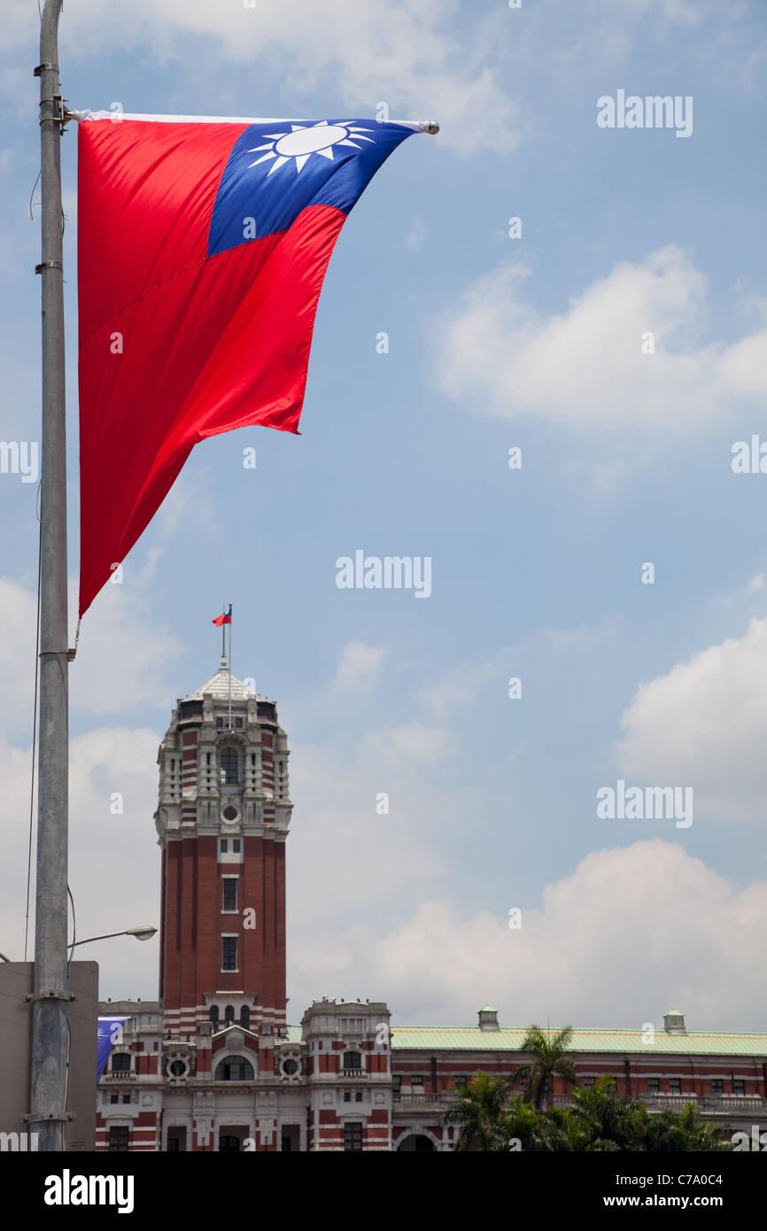 Bandiera di Taiwan con presidenziali ufficio edificio in background Immagini Stock