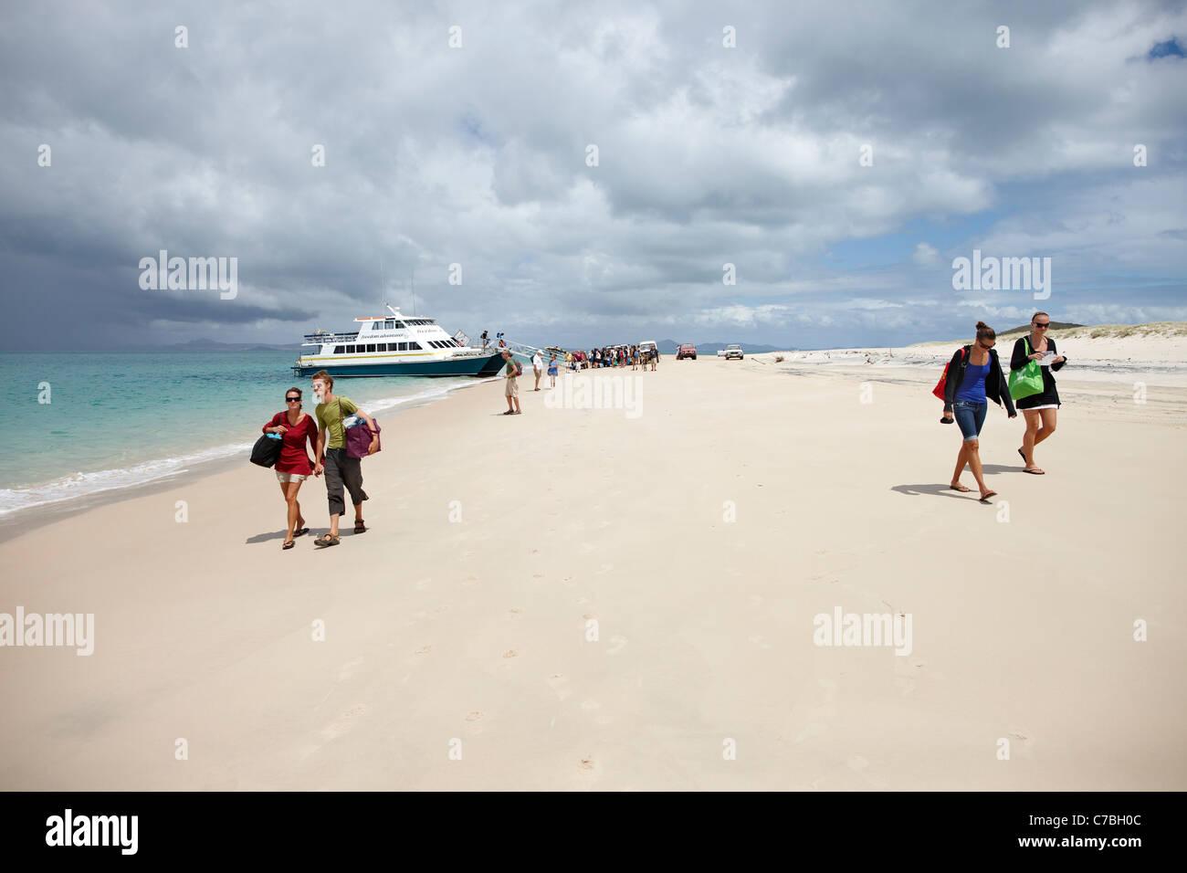 I turisti dopo l'arrivo sulla lunga spiaggia Southern Great Keppel Island Great Barrier Reef Marine Park UNESCO Immagini Stock