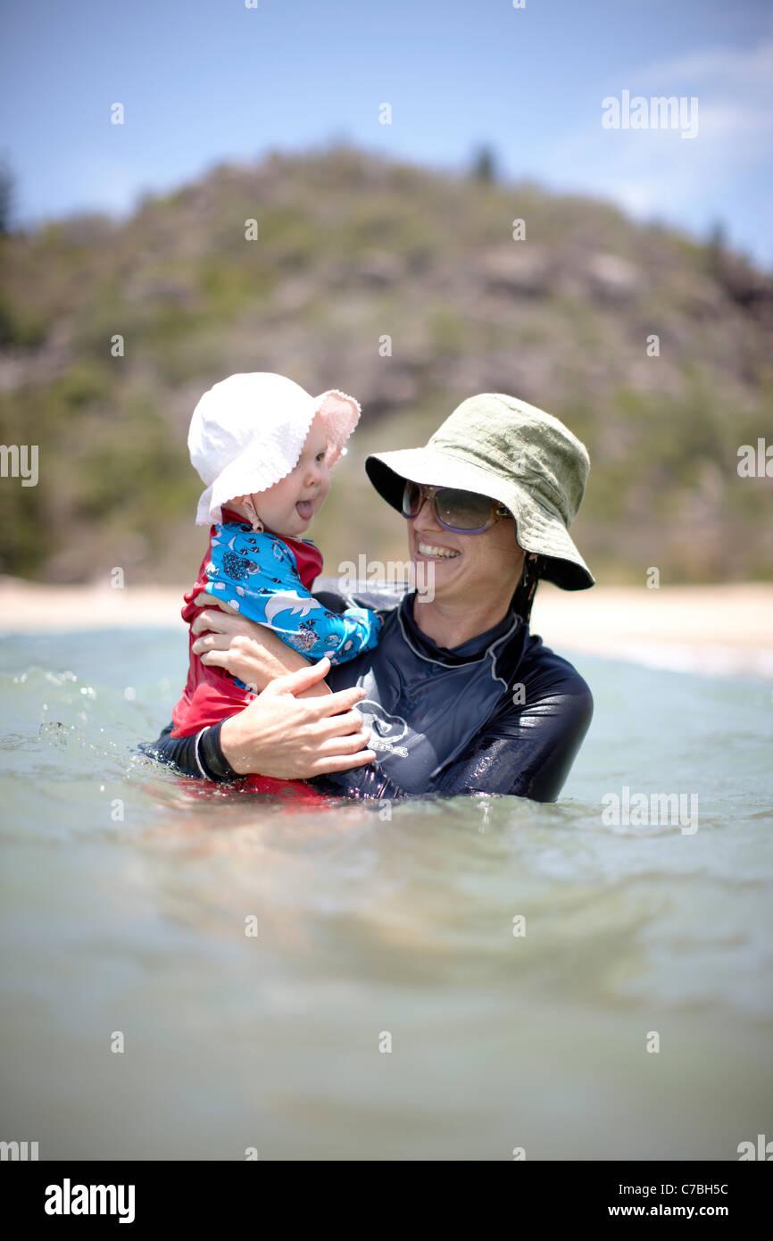 La madre e il bambino di balneazione radicale a baia sulla costa nord-est di Magnetic Island Great Barrier Reef Immagini Stock