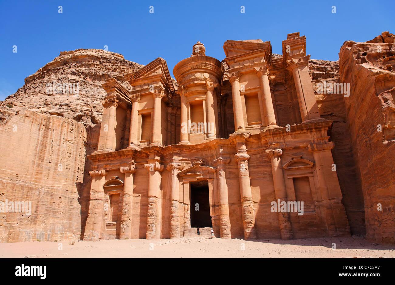 Il monastero, scolpito nella roccia, di Petra, Giordania Immagini Stock