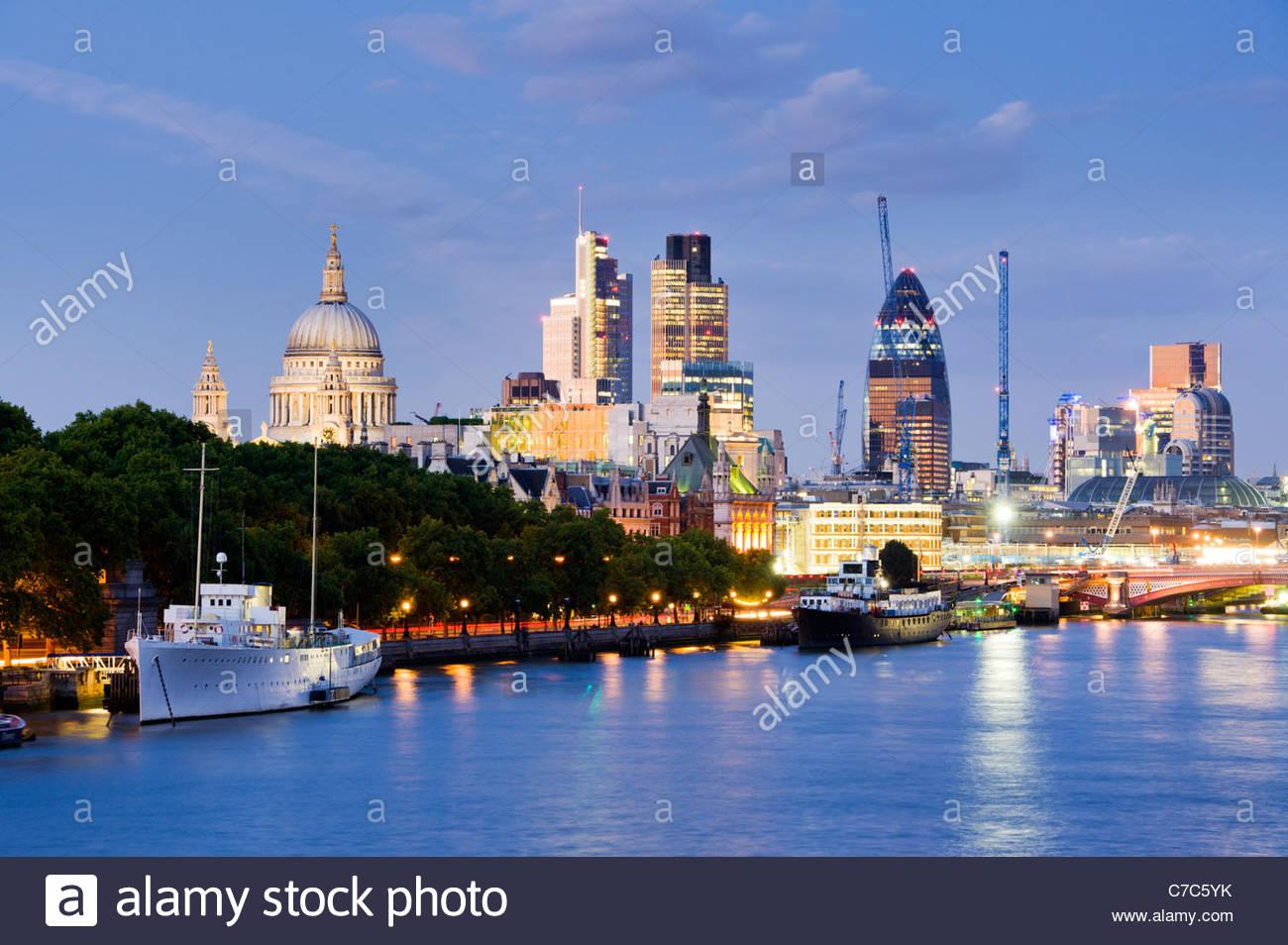 Lo skyline della città dal fiume Thames, London. Foto Stock