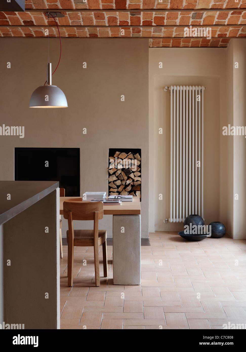 La sala da pranzo nella casa rustica con pavimento in cotto e ...