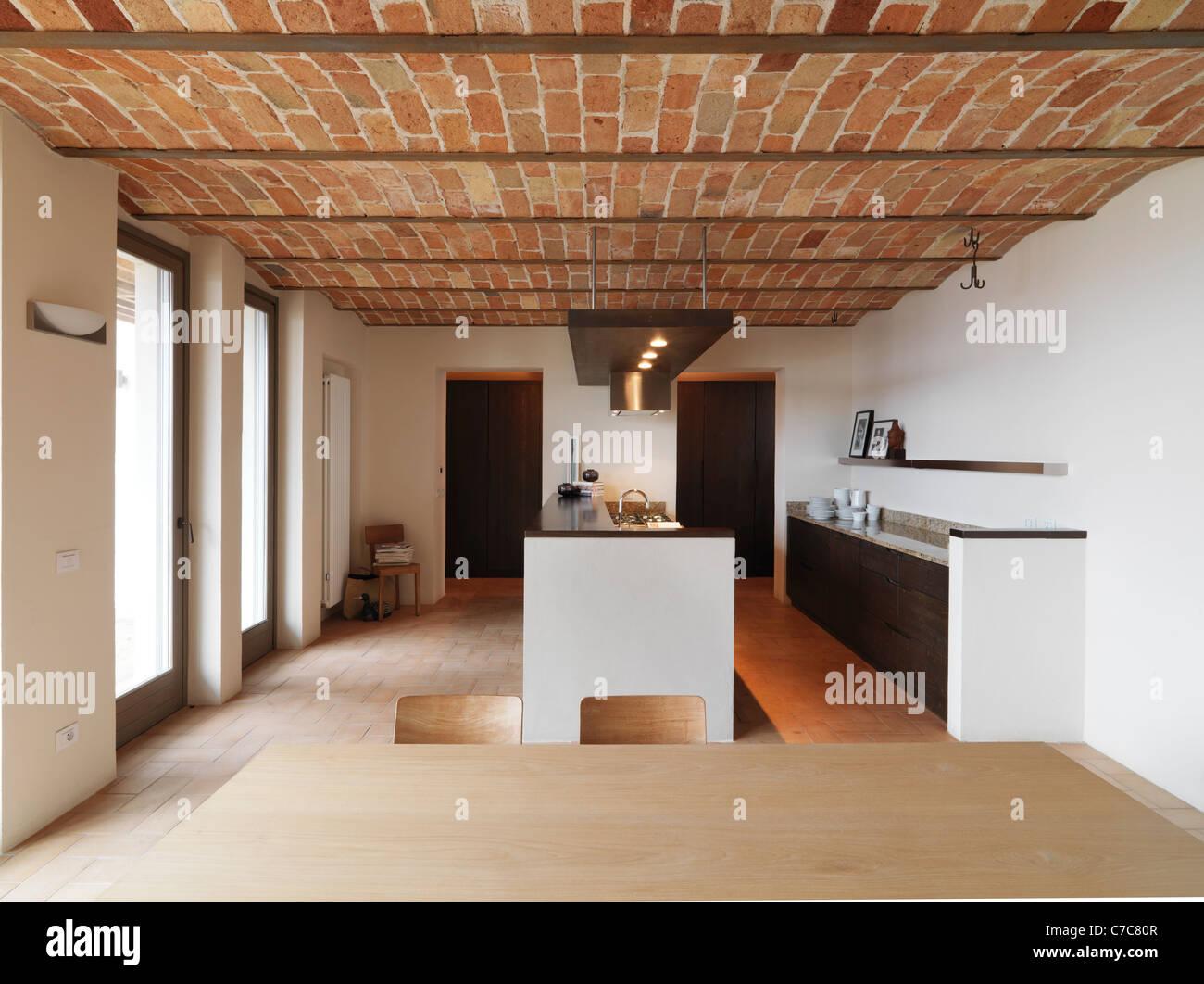 Cucina moderna in casa rustico con soffitto in cotto e pavimento in