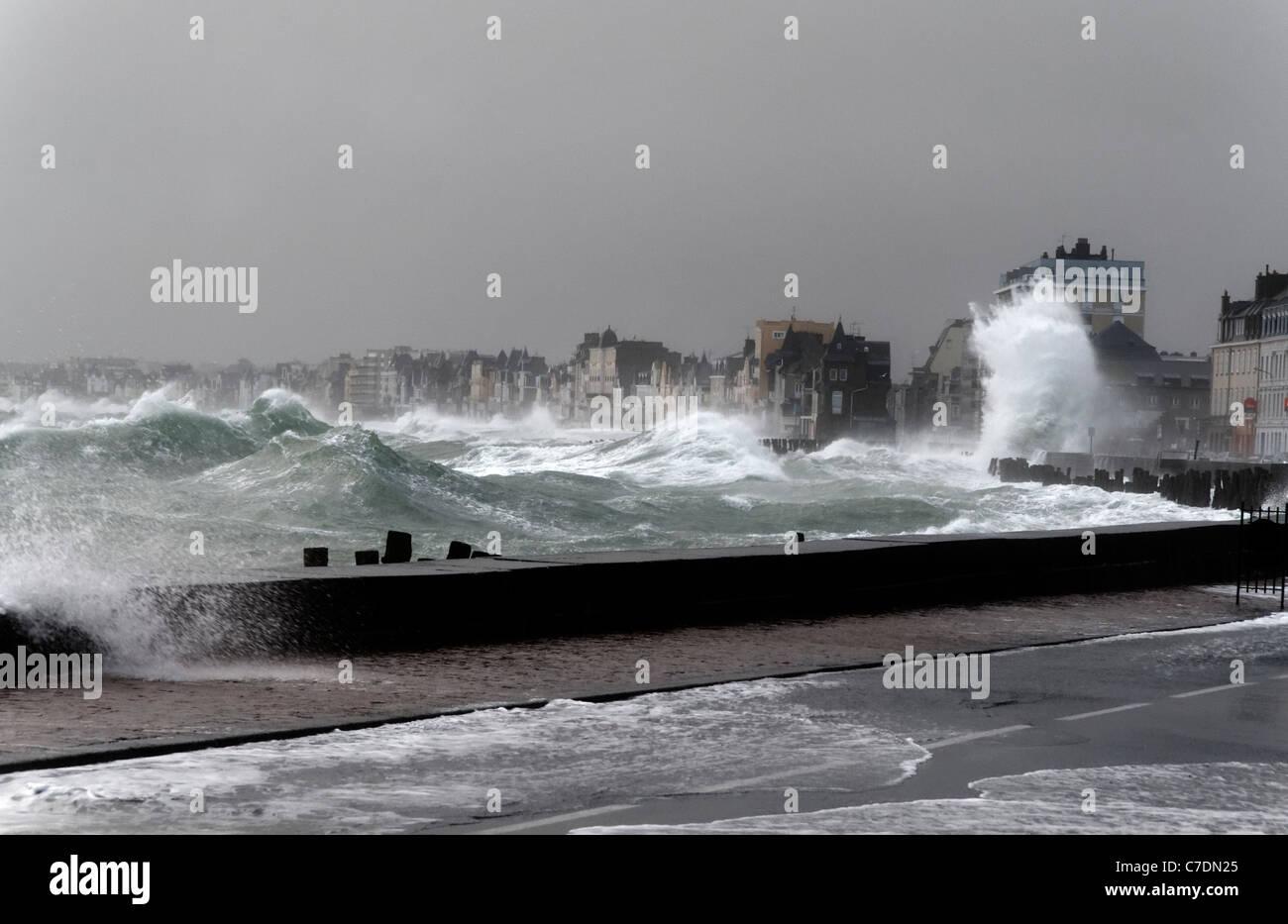 Tempesta di St Malo, onde potenti contro la parete del mare ...