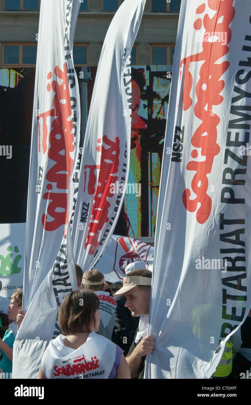 Banner di solidarietà, i sindacati europei dimostrazione durante la riunione dei ministri delle finanze dell'UE Immagini Stock